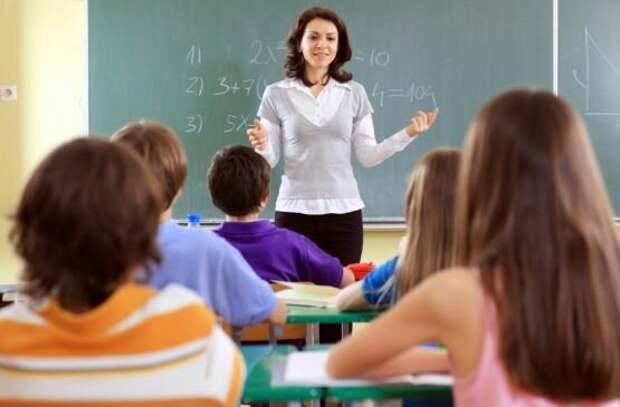 И в России, и в Америке молодые учителя получают одинаково мало. А что, они должны получать много?