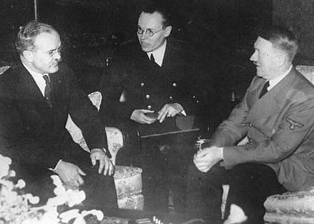 Молотов, Гитлер, Риббентроп Фото: nekropole.info
