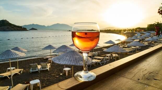 Врач Демин объяснил, как безопасно употреблять алкоголь в жару