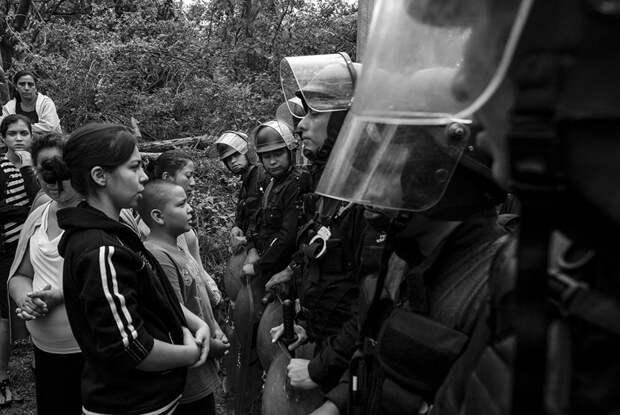 Противостояние между полицией и мирными демонстрантами