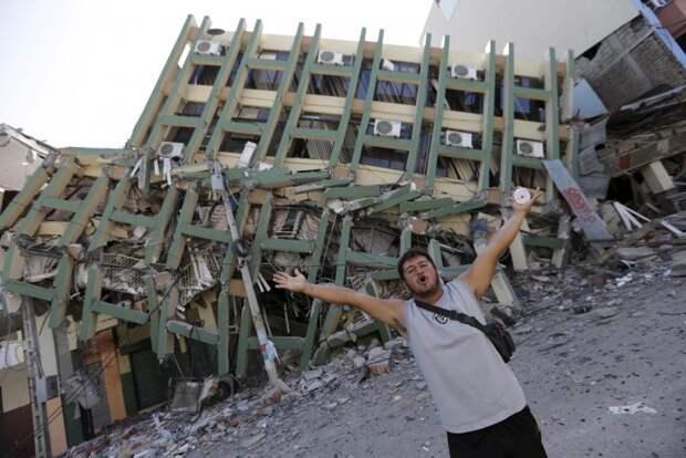 Разрушенное здание в городе Портовьехо в Эквадоре после землетрясения в Тихом океане.