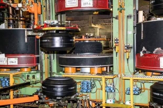 Так называемые зеленые шины (заготовки) подаются в вулканизаторы автоматически. Вулканизация длится 10–15 минут, в зависимости от модели и типоразмера шины.