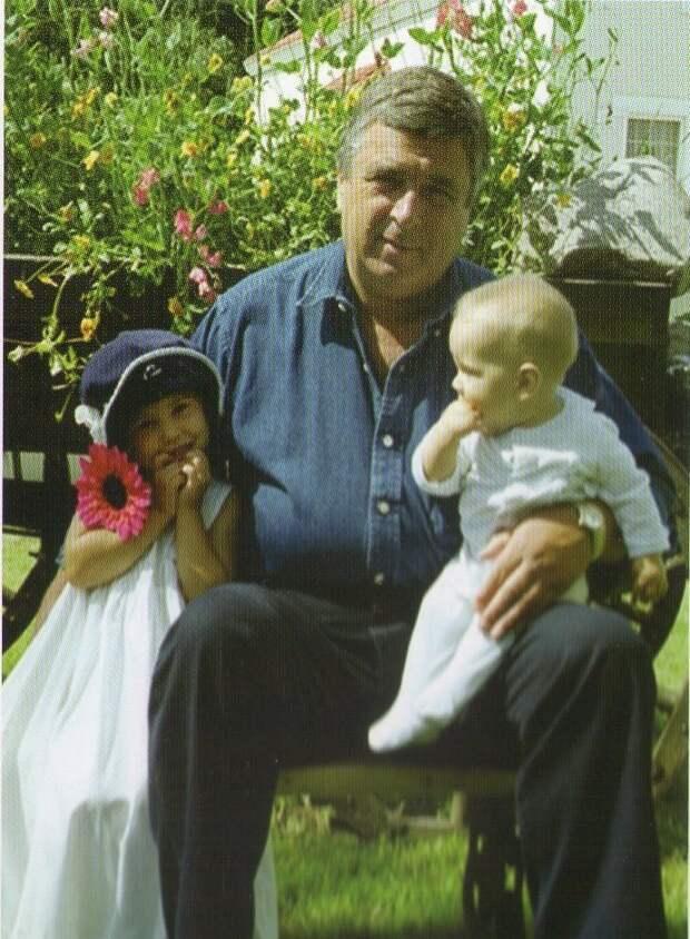 Государственный деятель Павел Бородин, сын Ваня и дочь Наташа. На снимке с дочерью Наташей дети, добро, родители, усыновление