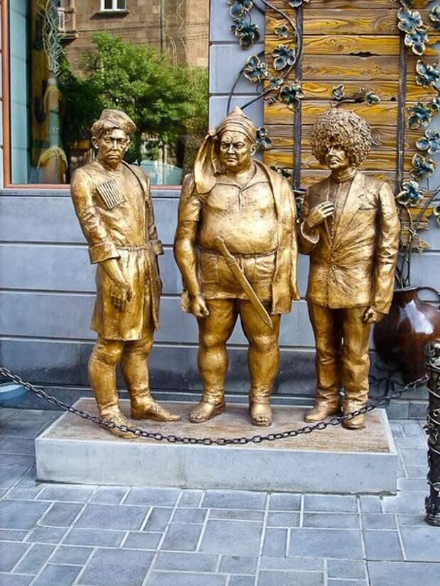 Скульптурные композиции с изображением легендарной троицы из комедий Леонида Гайдая – Труса, Балбеса и Бывалого.