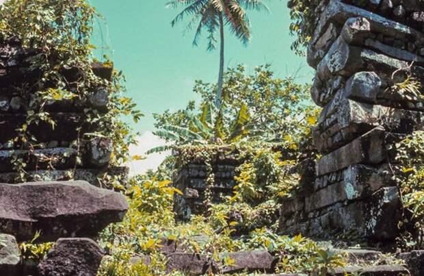 Нан Мадол - ревний город, построенный на сотнях крошечных островков в море.