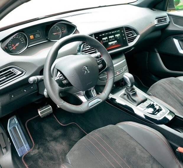 Яркая отличительная черта салона GT Line – красная отстрочка на руле, сиденьях и передней панели. Эффектно смотрятся антрацитовая обивка потолка и алюминиевые накладки на педали.
