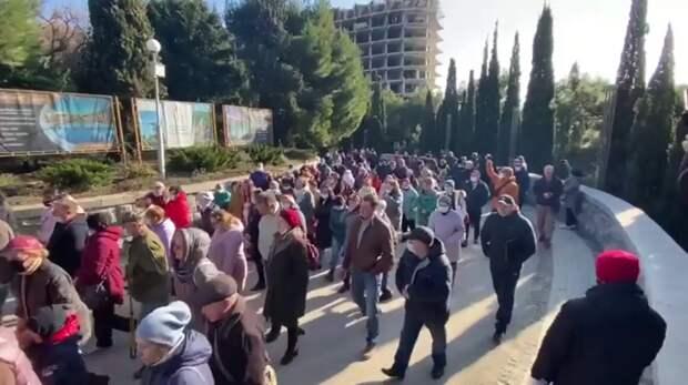 Сотни крымчан вышли на защиту Форосского парка