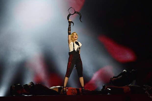 Мадонна упала со сцены вниз головой