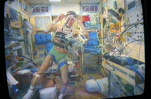 """1 февраля 1992 г. Космонавт Сергей Крикалев во время медицинского контроля на борту станции """"Мир"""" Фото: фотохроника ТАСС."""