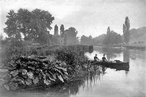 Двое мужчин в гребной лодке на Темзе близ Шиплейка. Фотограф Генри Тонт, 1880