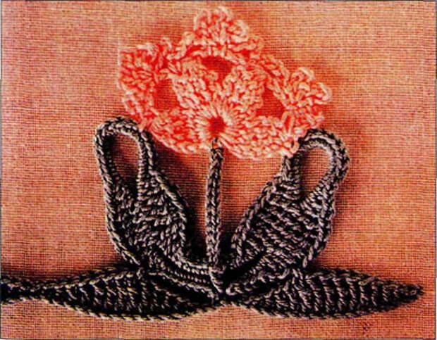 Вяжем цветы для оформления скатерти.