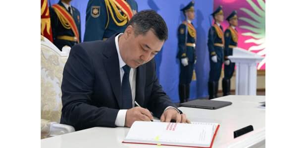Прозванную «Ханституцией» новую Конституцию Кыргызстана подписал Садыр Жапаров