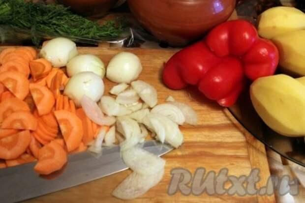 Картофель, морковь, перец болгарский и лук очистить. Картофель порезать кубиками, морковь половинками кружочка, лук нашинковать, перец соломкой. Укроп порубить.