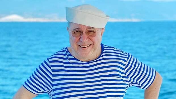 Петросян продемонстрировал хорошую форму в 74 года, опубликовав фото с отдыха на море