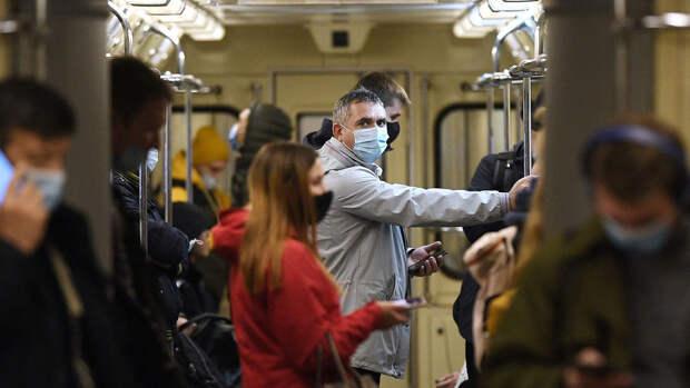 Власти Москвы сообщили, что 99% пассажиров метро носят маски