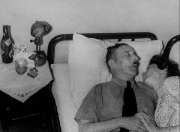 Стефан Цвейг и его жена, держащиеся за руки после совершения суицида. Бразилия, 1942 г история, картинки, фото