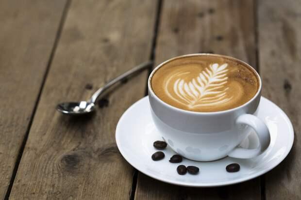 Кофе. Напиток имеет великолепный запах, поэтому мало кто может подумать, что после употребления кофе тело начинает дурно пахнуть. Этому есть объяснение – кофеин возбуждает нервную систему, а это приводит к усилению работы потовых желез. запах, продукты, факты, человек