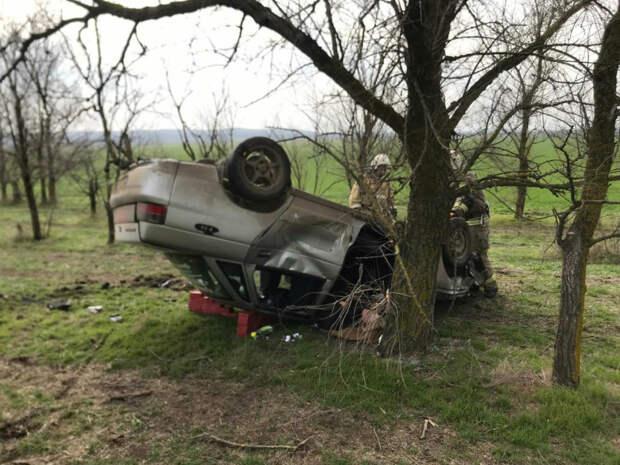 В Ленинском районе легковушка перевернулась на крышу и врезалась в дерево, есть пострадавшие