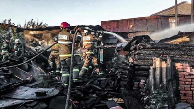 Пожар угрожал жилому бараку в Ижевске