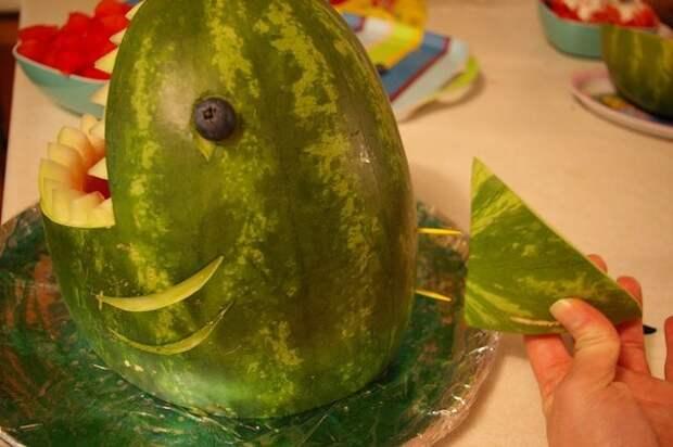 Действительно, необычная подача арбуза на стол. Гости оценят креатив!