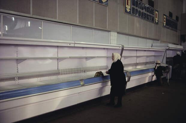 1990. Советская женщина в пустом продуктовом магазине Питер Тернли.jpg