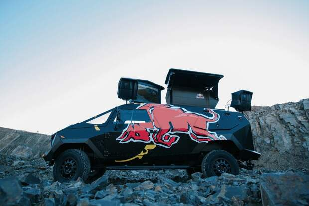 Грозный броневик на базе Land Rove от компании Red Bull Red Bull.  Land Rover, defender, броневик