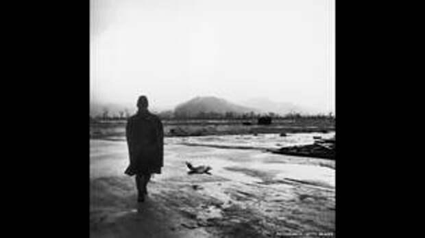 Солдат на улицах Хиросимы после атомной бомбардировки.
