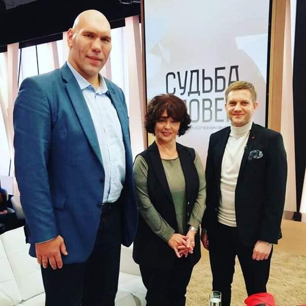 Николай Валуев показал разницу в росте с женой и сыном