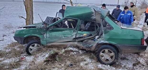 Водитель оказался зажат в разбитой на крымской трассе машине