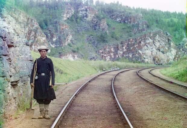 Работник Транс-Сибирской железной дороги недалеко от города Усть-Катав на реке Юрюзань в 1910 году. (Prokudin-Gorskii Collection/LOC) империя., путешествия, цветное фото