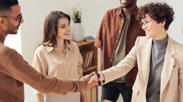Как заводить друзей и очаровывать незнакомцев: 9 эффективных советов из книги Айнур Зиннатуллин и Татьяны Шахматовой