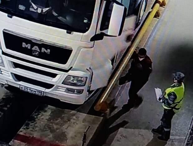 На Крымском мосту задержали водителя, который  хотел незаконно провезти пулемет на полуостров