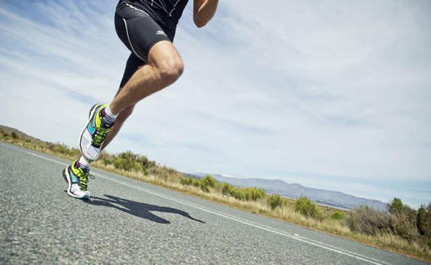 Вес Многие люди начинают бегать только потому, что хотят сбросить вес. И это — верный поступок: получасовая тренировка, проведенная в среднем темпе, активно сжигает жировую ткань. Интервальный бег бонусом повышает скорость метаболизма.