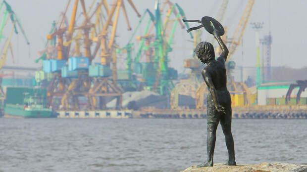 Памятник мальчику с бескозыркой и собакой, который провожает корабли в морском грузовом порту Клайпеды - РИА Новости, 1920, 04.09.2020