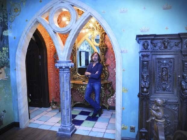 «Вампирское гнездо» или детская мечта: Экскурсия в 15-комнатную квартиру знаменитого художника Никаса Сафронова
