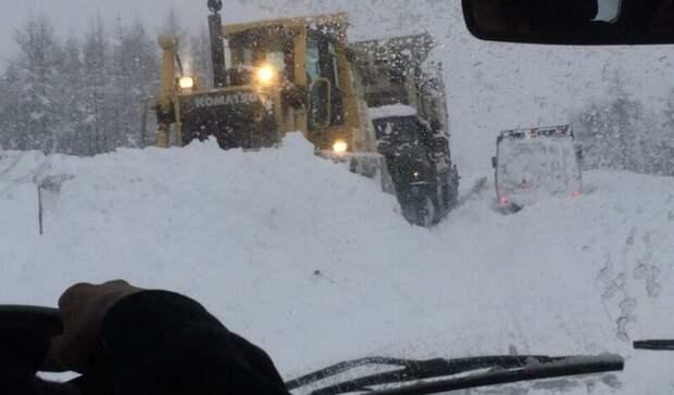 При сходе снега на дорогу в Якутии погиб человек