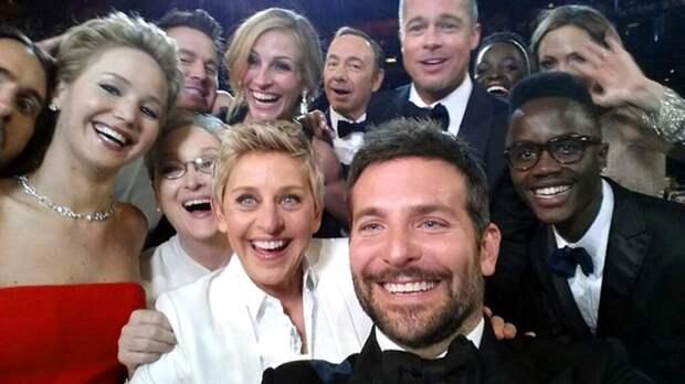 Событием 2014 года авторы Книги рекордов Гиннесса считают твит телеведущей Эллен Дедженерес: на опубликованном ею в соцсети коллективном селфи с церемонии вручения премии «Оскар» в 2014 году в кадр попали Джулия Робертс, Мэрил Стрип, Анджелина Джоли и другие голливудские звезды. Менее чем за час фото набрало более миллиона ретвитов.