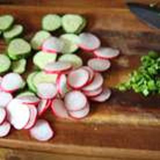 Огурцы и редис нарезаем тонкими кружочками, лук мелко рубим.