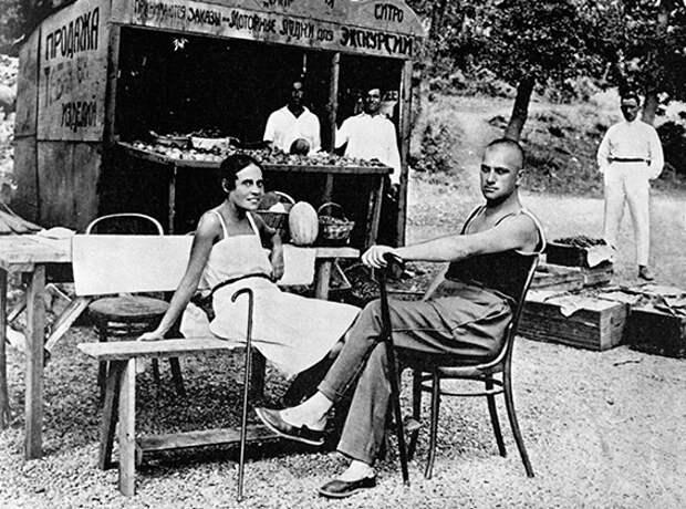 Лиля Брик и Владимир Маяковский в Крыму (1926)