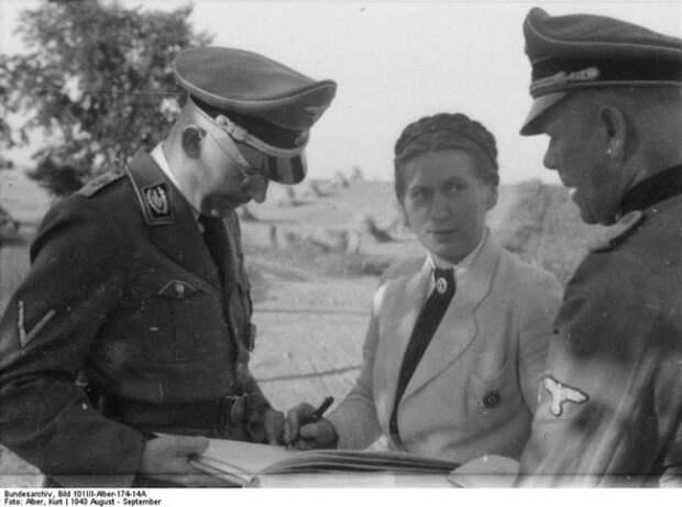 Гертруда Шольц-Клинк, Генрих Гиммлер (слева) - основатели школ подготовки жен