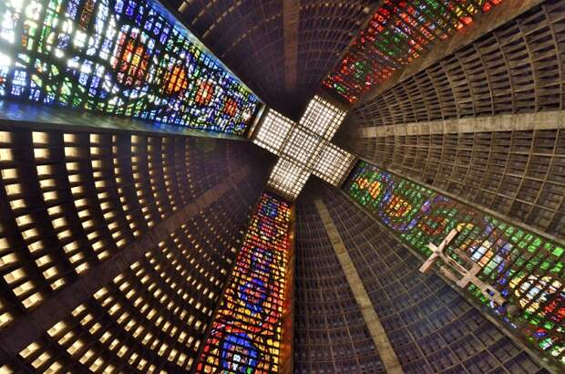Форма собора обеспечивает отличную акустику, а свет, который проникает сквозь витражи, придает всему происходящему мистическую атмосферу.