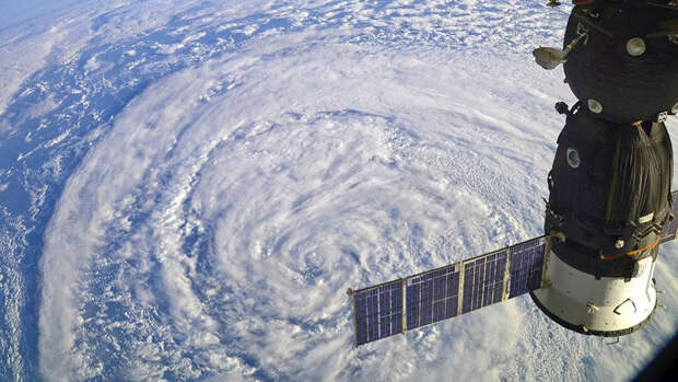 Международная космическая станция пролетает над циклоном - РИА Новости, 1920, 18.04.2021