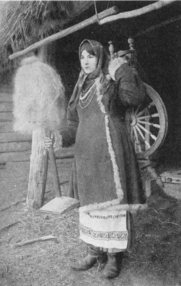 Девушка с прялкой.