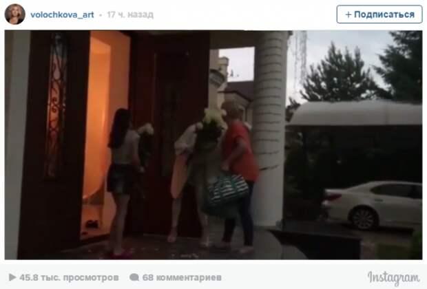 Волочкова удивила фанатов манерой встречи родственников у себя дома