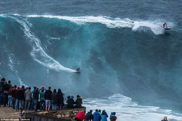 Серфингисты оседлали 30-метровую волну
