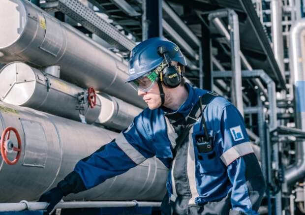"""""""Газпром нефть"""" в 1 полугодии увеличила на 10,6% производство бензина на собственных НПЗ"""