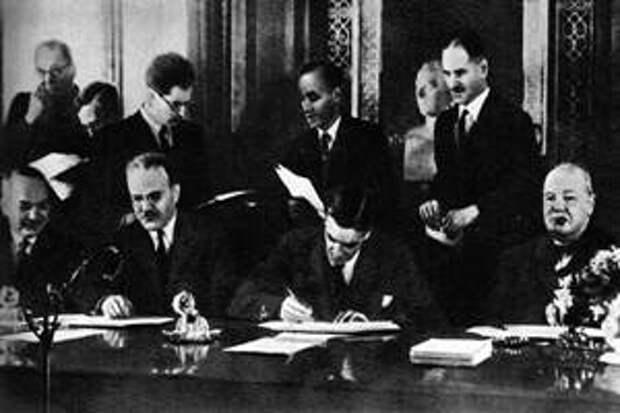 Подписание договора между СССР и Великобританией о союзе в войне против Германии и ее сообщников в Европе. Сидят (слева направо): И. М. Майский, В. М. Молотов, А. Идеи, У. Черчилль. Лондон, май 1942 г.