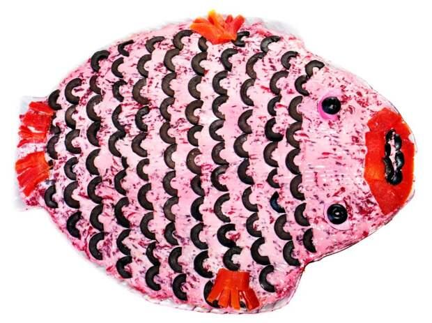 Пять способов подачи «Селёдки под шубой» : [b]3 [/b] Креативный вариант – салат в виде рыбы. Создать такой шедевр очень просто. Нужно выложить салат овалом, тонкими кружочками