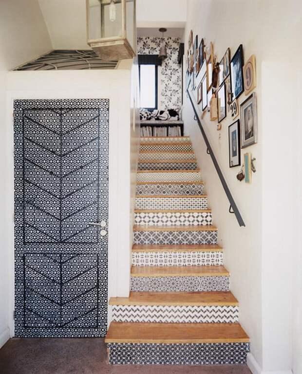 Лестница со старыми обоями