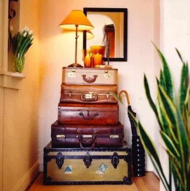 Стойка-стол из нескольких чемоданов разного размера